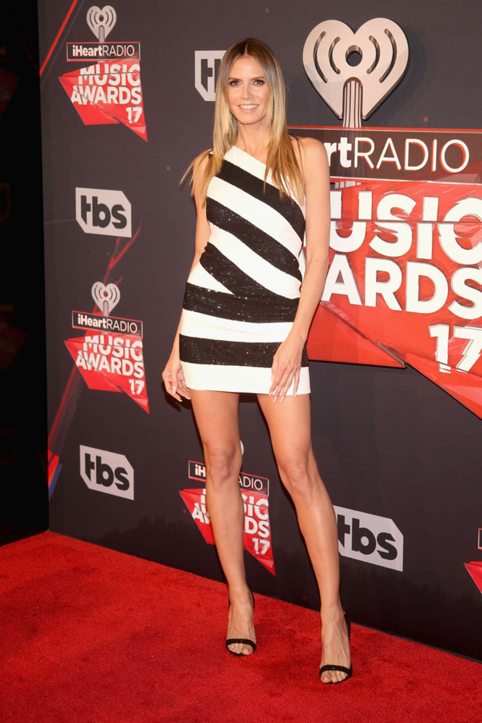 Heidi Klum bares toned legs at the 2017 iHeartRadio Music Awards in LA