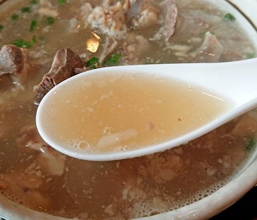 骨汁のスープの写真