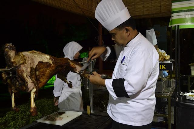 Chef yang bertanggungjawab menyediakan menu berbuka puasa