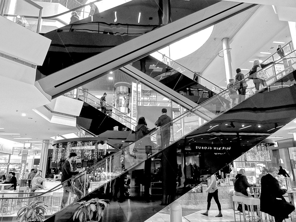 conseils soldes 2017 vendeuse commerce escalator pixabay
