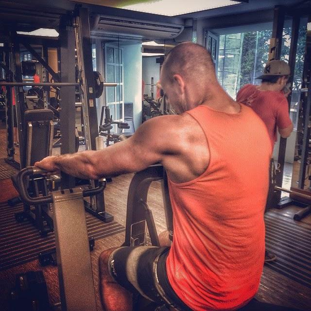 treinar musculação com amigos