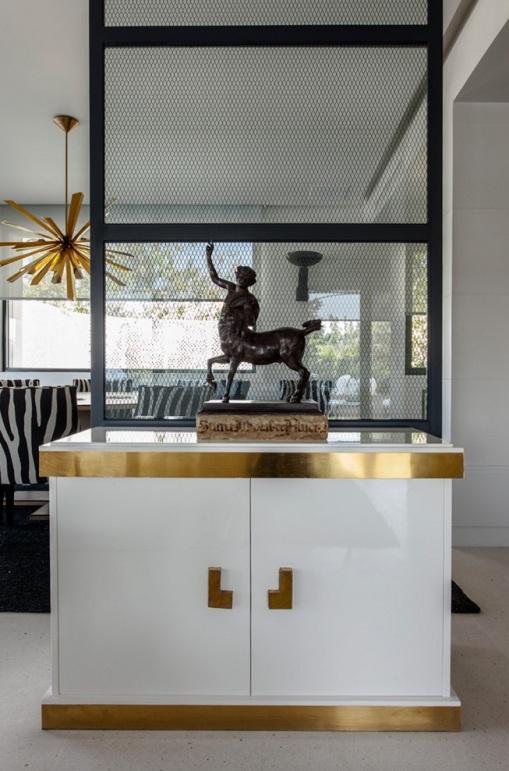 mueble bajo lacado en blanco y detalles metalicos en dorado chicanddeco