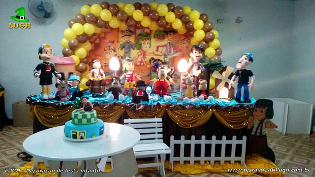 Decoração da mesa temática do bolo de aniversário com o tema Chaves para festa infantil