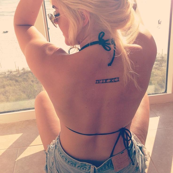 Chica bonita en biquini con tatuaje de numeros romanos en la espalda