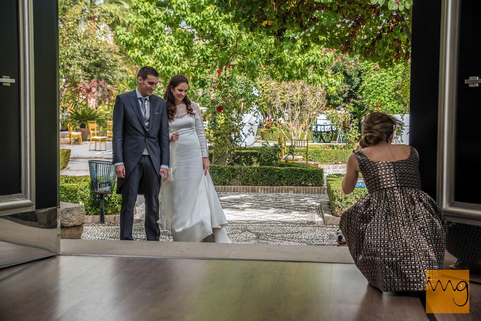 Fotografía de boda en Granada, los novios entrando al salón  de celebraciones en el Caballo Blanco