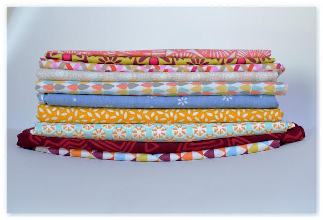 pile de tissus à motifs multicolores