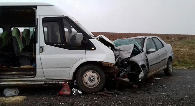 Çınar Solmaz yakınlarında öğrenci servisi ile otomobil çarpıştı: 16 yaralı