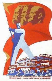 Manifesto di propaganda: cittadini sovietici e un torreggiante operaio con la bandiera delle tre guide, Lenin, Marx e Engels.