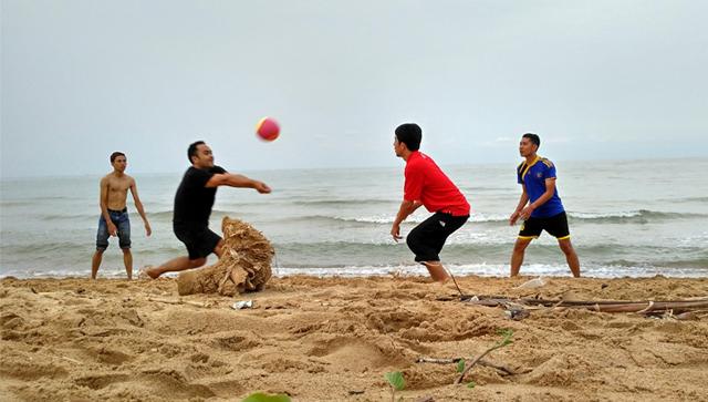 Volley-outbond di Pantai Kera Nepa Madura
