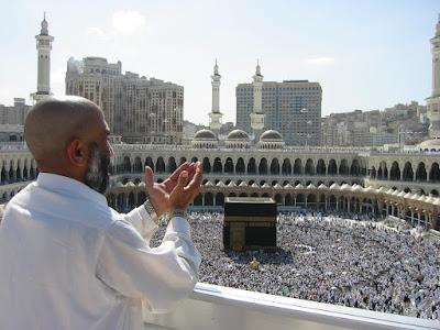 berdoa dihadapan kabah
