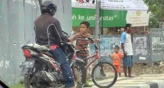 Ini Dia Bocah 'Penjaga Trotoar', Dia Berani Marahin Pengendara Motor yang Naik Trotoar