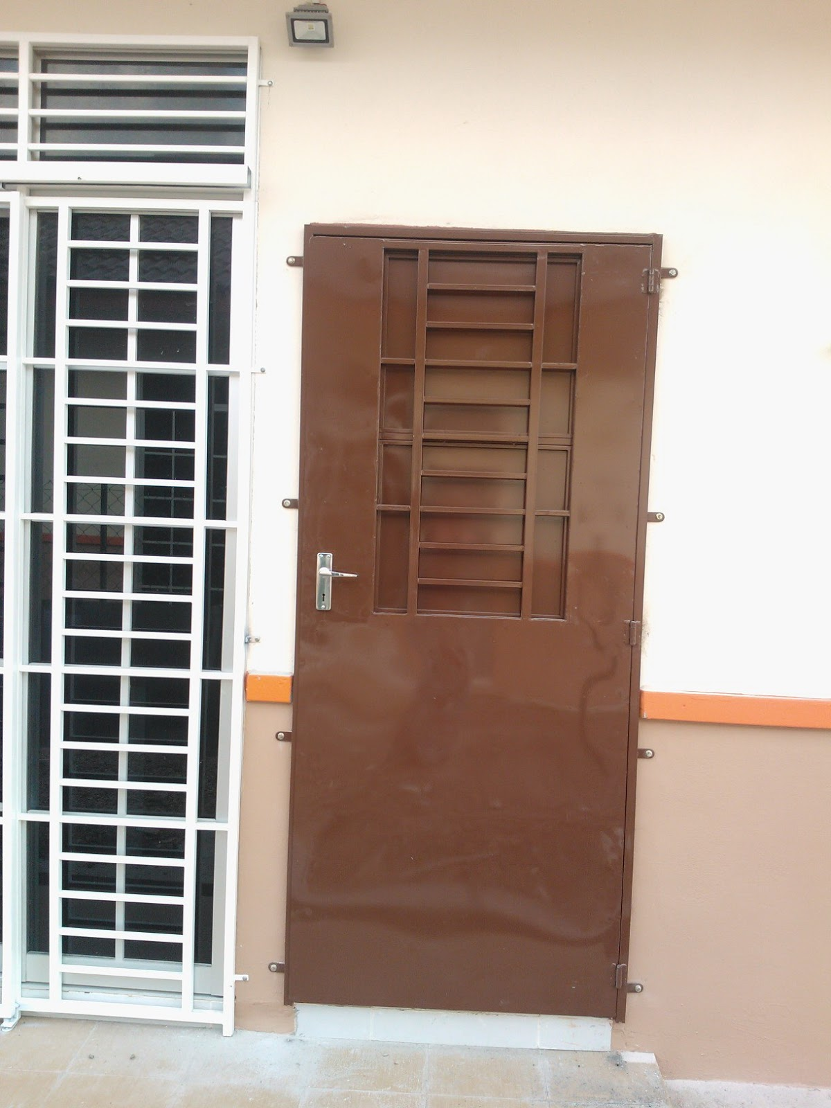 Ni Pintu Dapur Asal Yang Pemaju Bagi Aluminum Warna Kelabu Tuan Rumah Tukar Tu Sebab Senang Kalau Nak Masak Boleh Buka