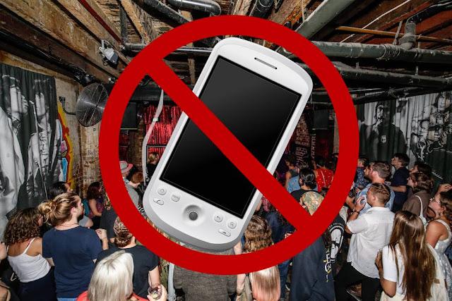 Μπαρ απαγόρευσε τη χρήση κινητών