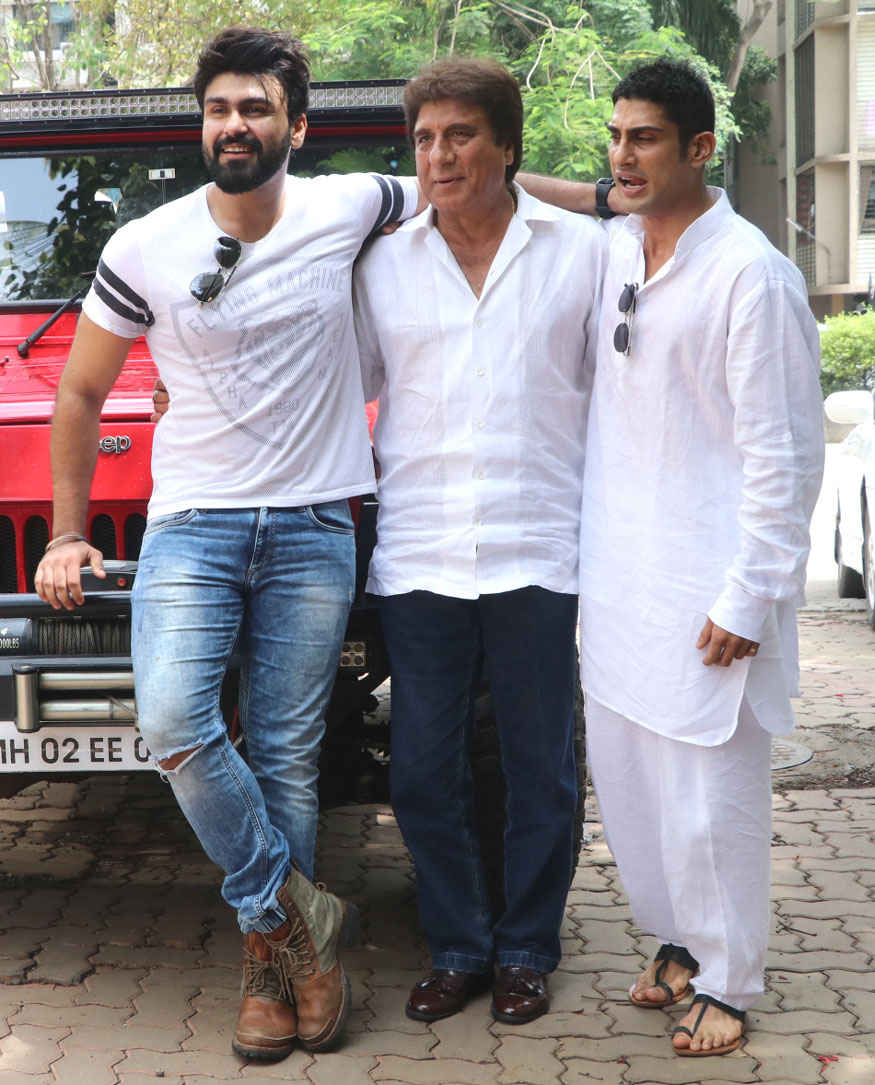 Raj Babbar Celebrates His Birthday with Aarya and Prateik Babbar