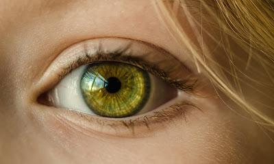 bahaya mengucek mata