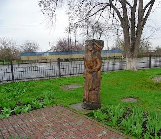 Великие Сорочинцы. Деревянные скульптуры возле сельсовета
