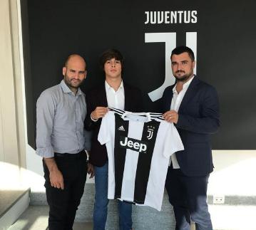 http://www.terbaruz.com/2018/07/juventus-menandatangani-striker.html