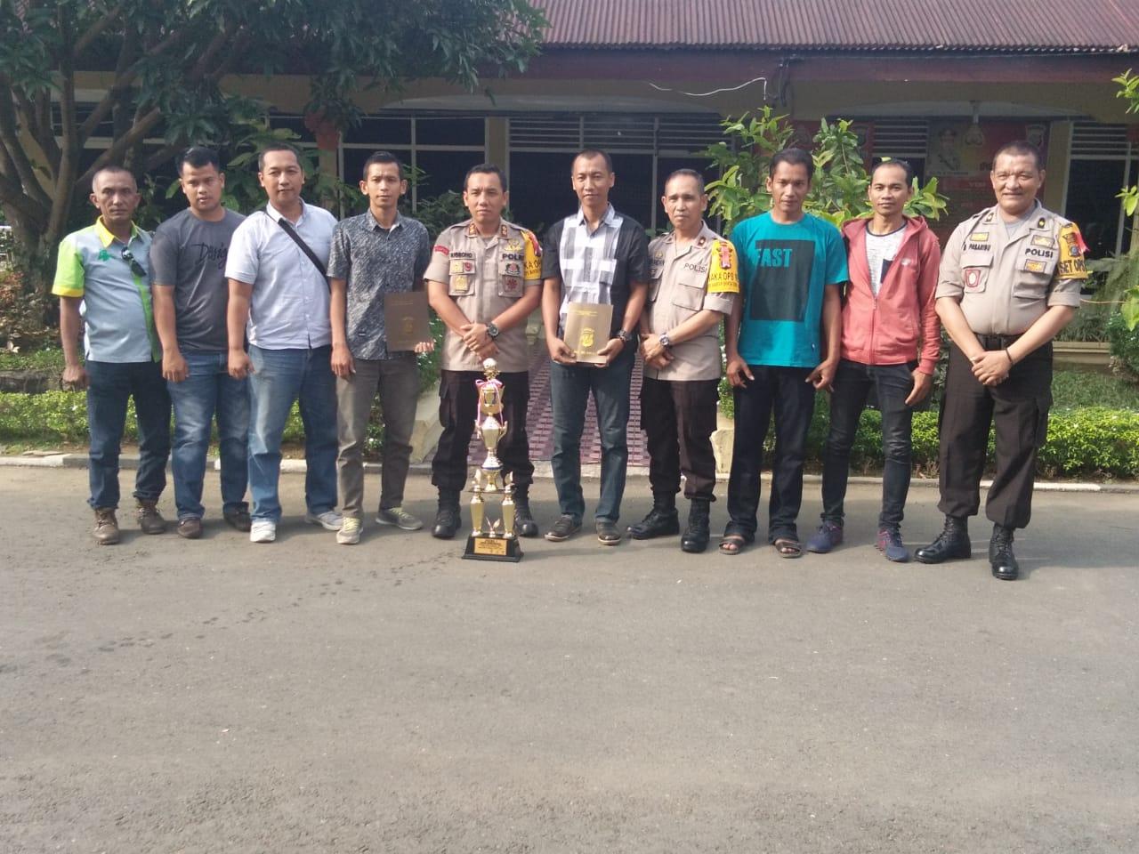 Kapolres Binjai AKBP Nugroho Tri Nuryanto berikan penghargaan kepada para pemain Futsal Wartawan Pokja Polres Binjai.