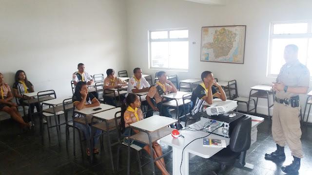 Jovens do Clube dos Desbravadores visitam o Quartel da Polícia Militar em Itaobim
