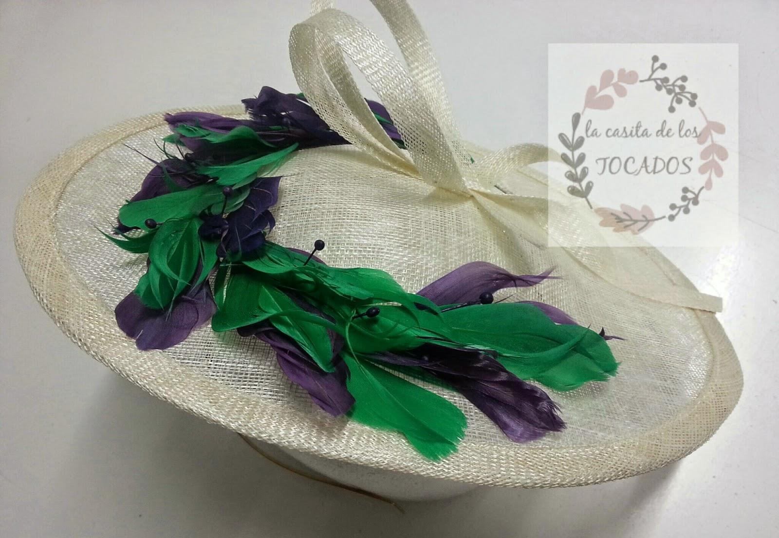 tocado artesanal para boda de mañana en crudo, verde y berenjena realizado con plumas y sinamay
