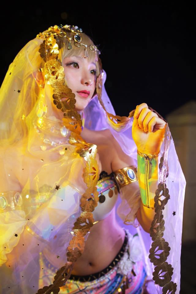 Foto Haoge Membawakan Cosplay Kotori Minami versi Arabian Dancer seksi