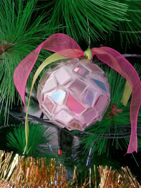 Bola de Navidad de estilo discoteca hecha con cd