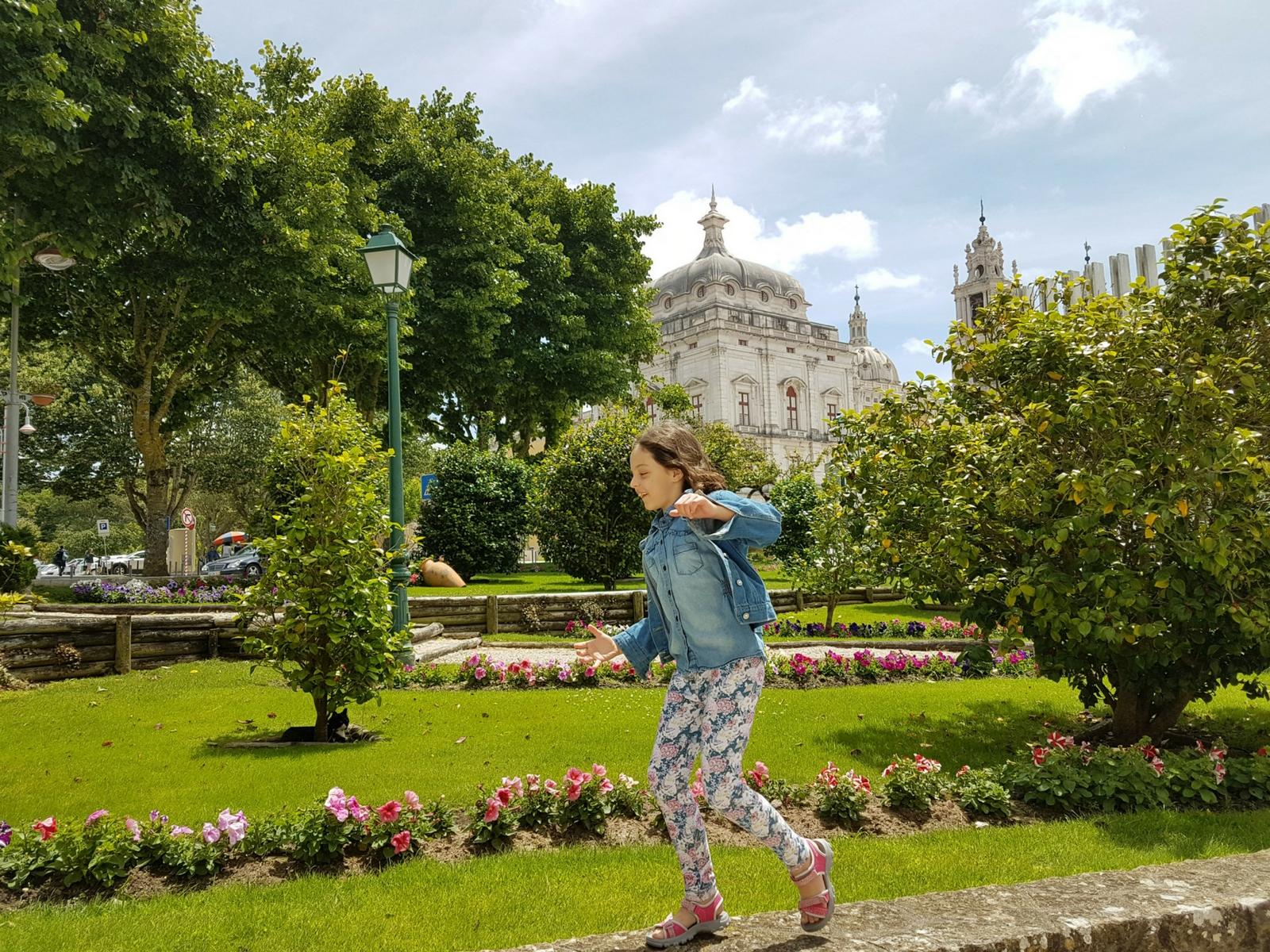 criança correndo em frente ao palácio de mafra