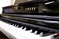 Yamaha polished ebony digital piano picture