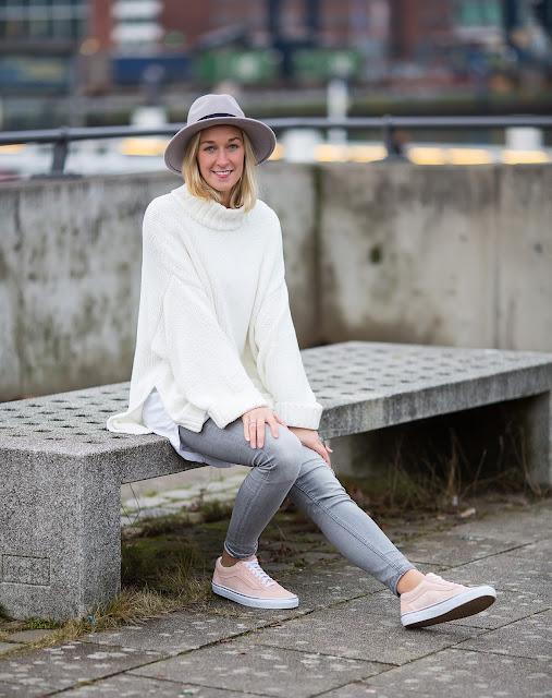 OOTD mit Hut und grauer Skinny Jeans mit Vans von About You bei Modeblog Fleur et Fatale