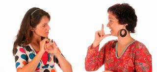 Mujeres hablando en lengua de señas