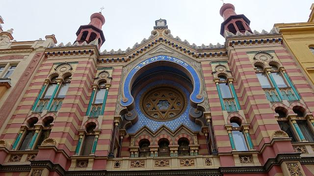 因為是猶太會堂,很多地方用大衛之星(即六芒星)來裝飾