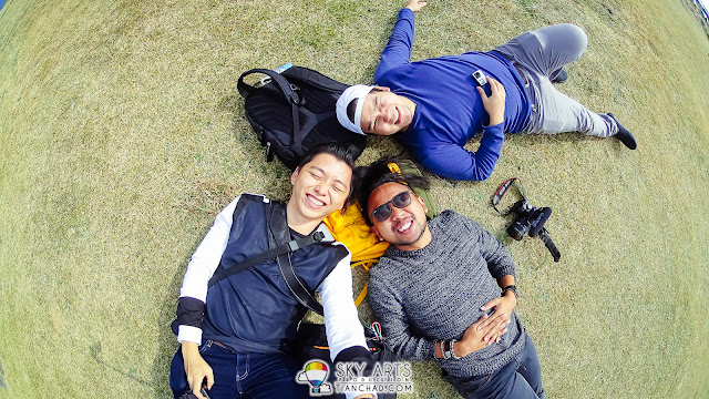 Lie flat on the grass floor while enjoy the cool wind was great!