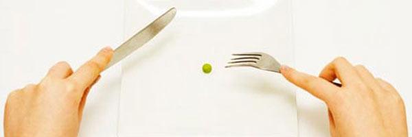 Guisante en medio de un plato blanco cuadrado