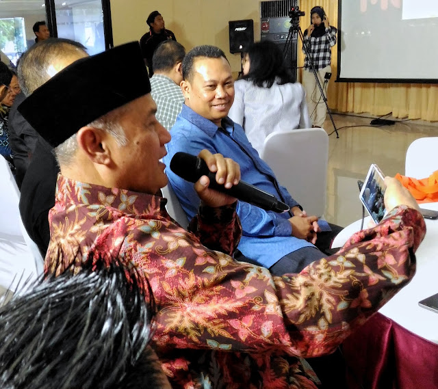 Ketua PP Muhammadiyah sedang mencoba aplikasi MUVON