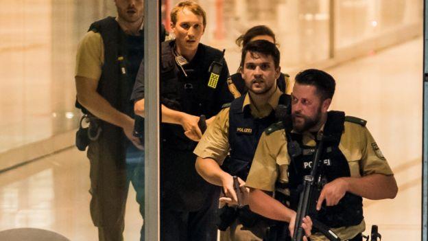 Enseguida se dispuso un fuerte despliegue policial en el centro comercial de Munich