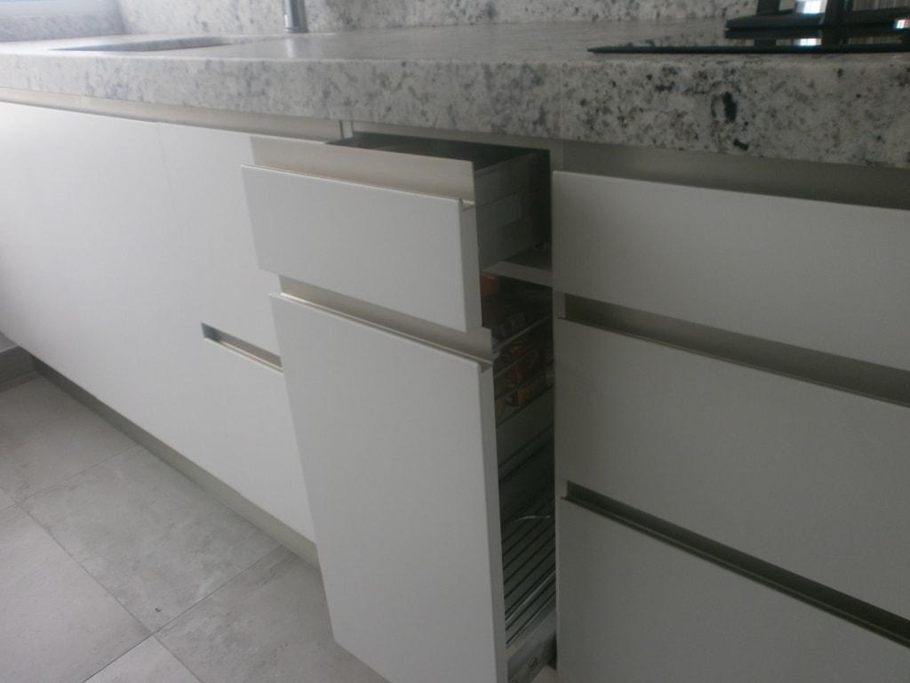 Negro blanco y gris una mezcla que realza una cocina de for Cocinas blancas con granito