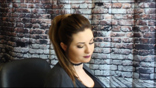 How to Put in the Queen C Clip & Tie Ponytail