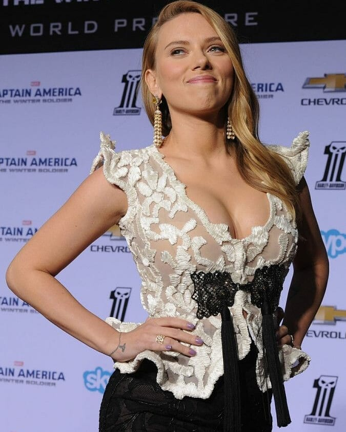 Scarlett Johansson Cleavage showing images