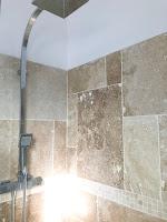 paroi de douche en travertin et mitigeur carré