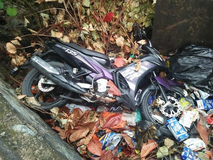 Sekitar Rawasari Dan Jalan Kijang Lama Dibikin Gempar Oleh Penemuan Sepeda Motor Yang Terperosok Kebawah Jembatan Yang Ditemukan Oleh Warga