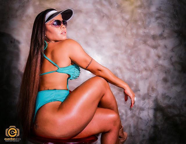 Musa fitness Michelly Boechat participa de um ensaio com foco na beleza feminina