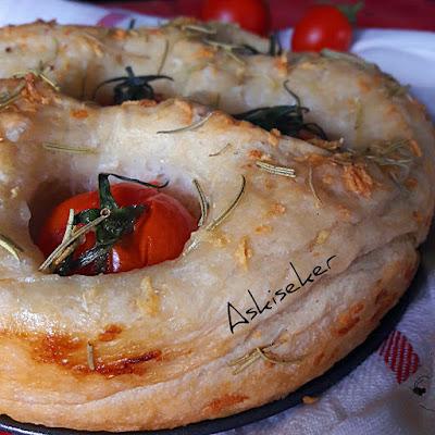 SARIMSAKLI DOMATESLİ EKMEK ( FOCCACİA ) tarifi nasıl yapılır .Nefis bir ekmek tarifi, sarımsak, zeytinyağı ve biberiyenin birleşimiyle mis kokulu harika bir lezzet o bir italyan ekmeği