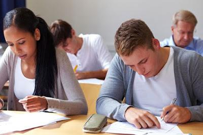 en la imagen podemos ver estudiantes resolviendo un examen