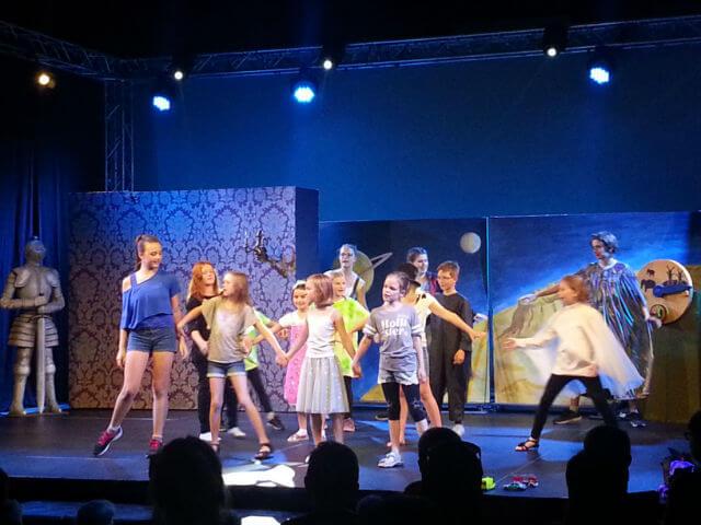Kinder dieser Erde tanzen für die Zuseher