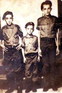 Hernán, al centro, en plena Campaña de Alfabetización.