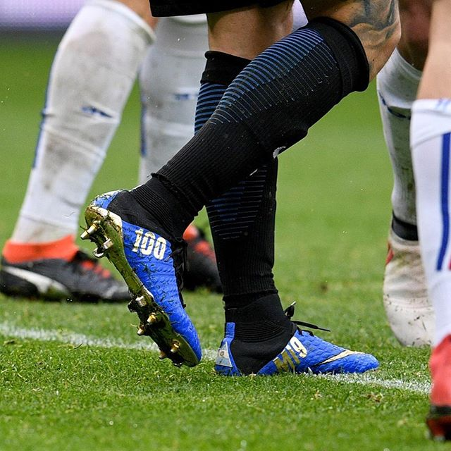 8b90e6810 Inspired by his club Inter, Icardi's Nike Hypervenom 100 Goals boots are  predominantly blue with a black rear and collar, with a triangular  Argentinian flag ...