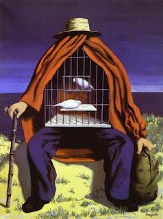 Hombre sentado, cubierto con una capa roja. Dentro hay una jaula con dos palmas blancas.