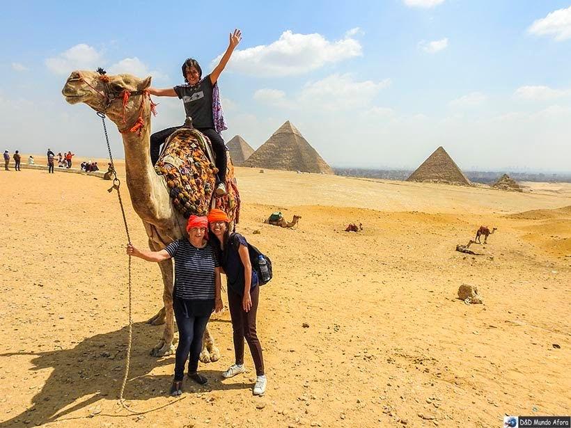 Passeio de camelo em frente às pirâmides de Gizé - Diário de Bordo: 2 dias no Cairo