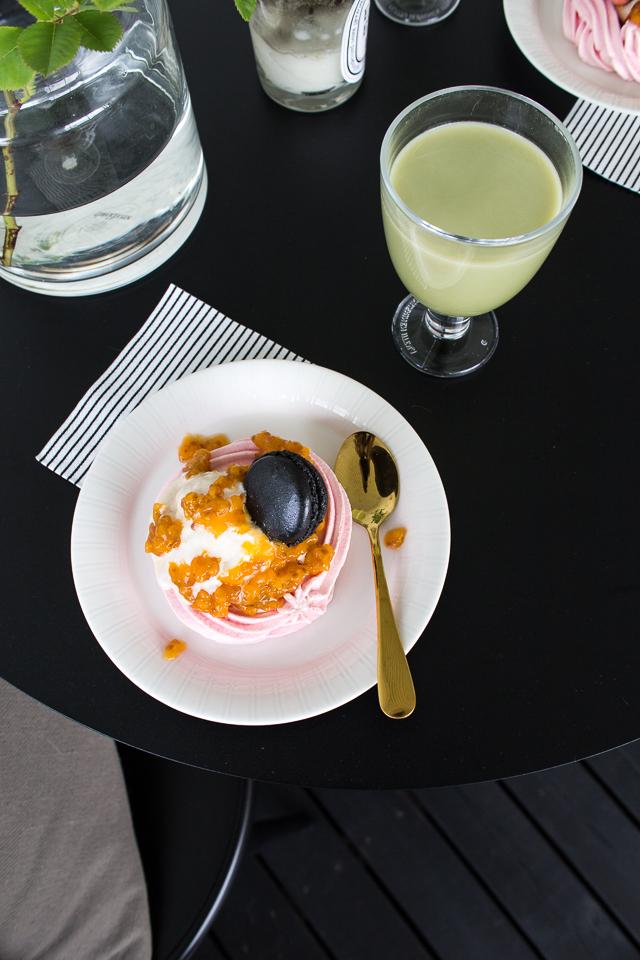Villa H, terassi elämää, terassi, pavlova, vihreä tee latte