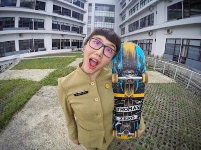 Unjuk Kebolehan Bermain Skateboard di Tempat Kerja, Aksi PNS Cantik Ini Langsung Viral